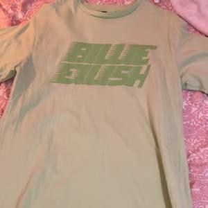 Köpt från hm, passar som en oversized t-shirt eller en längre klänning, färgen är mer neongrön i verkligheten, pris kan diskuteras