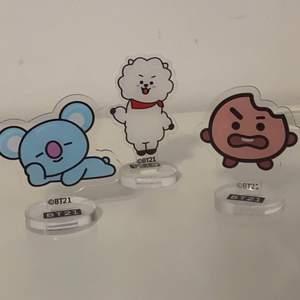 Hej! Säljer dessa tre acrylic ställ från BT21. Det är figurerna shooky, koya och rj. Säljer dom för 30kr/styck. Dom har bara stått framme och är i bra skick!! Pakar paketerna så säkert jag kan och skickar med freebies! Är dock inte ansvarig för postens slarv! 💗