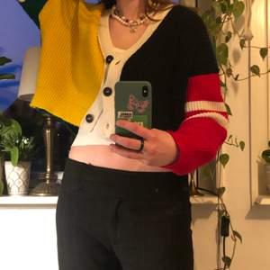 unik färgglad kofta köp på urban outfitters som är väldigt skön. frakt ingår i priset!