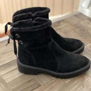 Vinter boots med vaddering och rosett baktill. Använd fåtal gånger. Storlek 36. Fortfarande i fint skick🎀 köpta för 800kr men säljer för 300.🎀