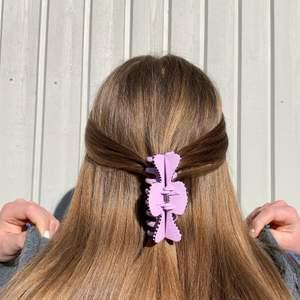En lila handmålad hårklämma med vit och lila detaljer 💖 Tillverkas endast en gång! Kostar 70 kr med FRI FRAKT 🙌🏻
