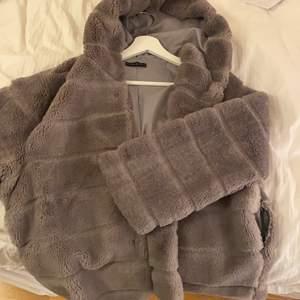 Så mysig grå pälsjacka till nu på vintern. Använd ett fåtal gånger, finns en hål i ena fickan men inget som synns när man tittar på jackan. Köpt för ca 800kr och säljer för 450kr, jackan har också diskreta knappar så att man kan knäppa den.