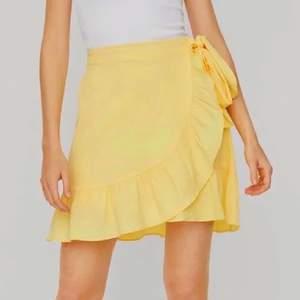 En jätte fin gul kjol från VERO MODA. Köptes förra sommaren men är aldrig använd. Färgen på de två sista bilderna ser lite smutsgulare ut men den är egentligen mer klar gul💛  man kan justera hur tajt den ska sitta själv med hjälp av knytningen på sidan. Bakredelen av kjolen har ett stretchigare band som syns på bild två 2. Säljer för 200 inklusive fraky💛💛
