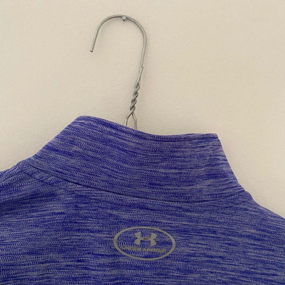 Säljer min under armour half zip. Perfekt för träning! Andvänd men i bra skick!. Huvtröjor & Träningströjor.