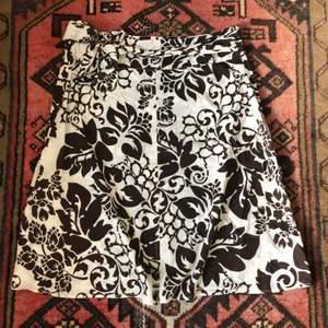 En brun & vit 2000s/90s kjol i fint skick! Spänns med en dragkedja på sidan! Köparen står för frakten <3