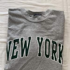 Superfin sweatshirt ifrån Brandy Melville! Säljer då det inte riktigt är min stil längre😇 använd ca 2 gånger, nypris 360kr