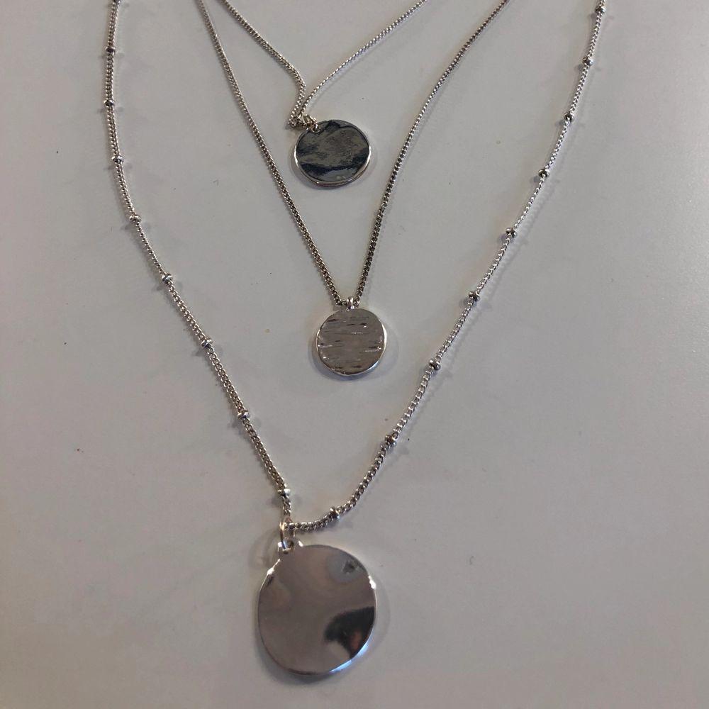 Jättefint silvrigt halsband med tre halsband i ett. Kedjan till det mittersta är lite missfärgat men inget som man lägger märke till. Tror jag köpte det på hm för 179 kr. Säljer det då det inte kommer till användning, använt fåtal några gånger. Inte riktigt silver. Tar swish 🥰. Accessoarer.