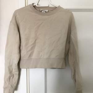 Cropped beige sweatshirt från monki i xs.
