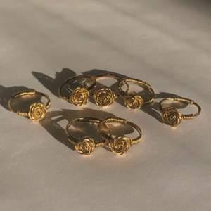 Fina guldringar med ros på 🌹 kan göra alla möjliga storlekar samt i silver på beställning. Kan fraktas eller hämtas upp i Stockholm/Huddinge. Frakt inkluderat i priset. Skriv vid frågor!