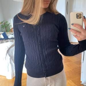 Säljer denna kabelstickade tröjan/ koftan från gant, köpt på NK OBS Spegeln är smutsig ej tröjan!!
