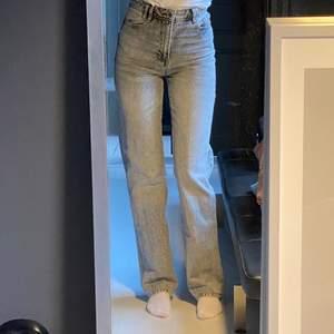 Jättesnygga Zara jeans men kmr tyvärr inte till användning. Byxorna finns ej kvar på hemsidan längre. Använda några gånger och är i fint skick. Strl 34. Jag är ca 173 cm lång och bra längd på mig. Passar mjöligtvis nån som är lite längre också. Är man kortare kan man klippa byxorna efter önskad längd. Har sytt in nedre delen av benet på byxorna lite grann då jag tyckte de var för vida från början. Inget som syns på utsidan, se bild 2. Köparen står för frakten (66kr). Gör inga byten.