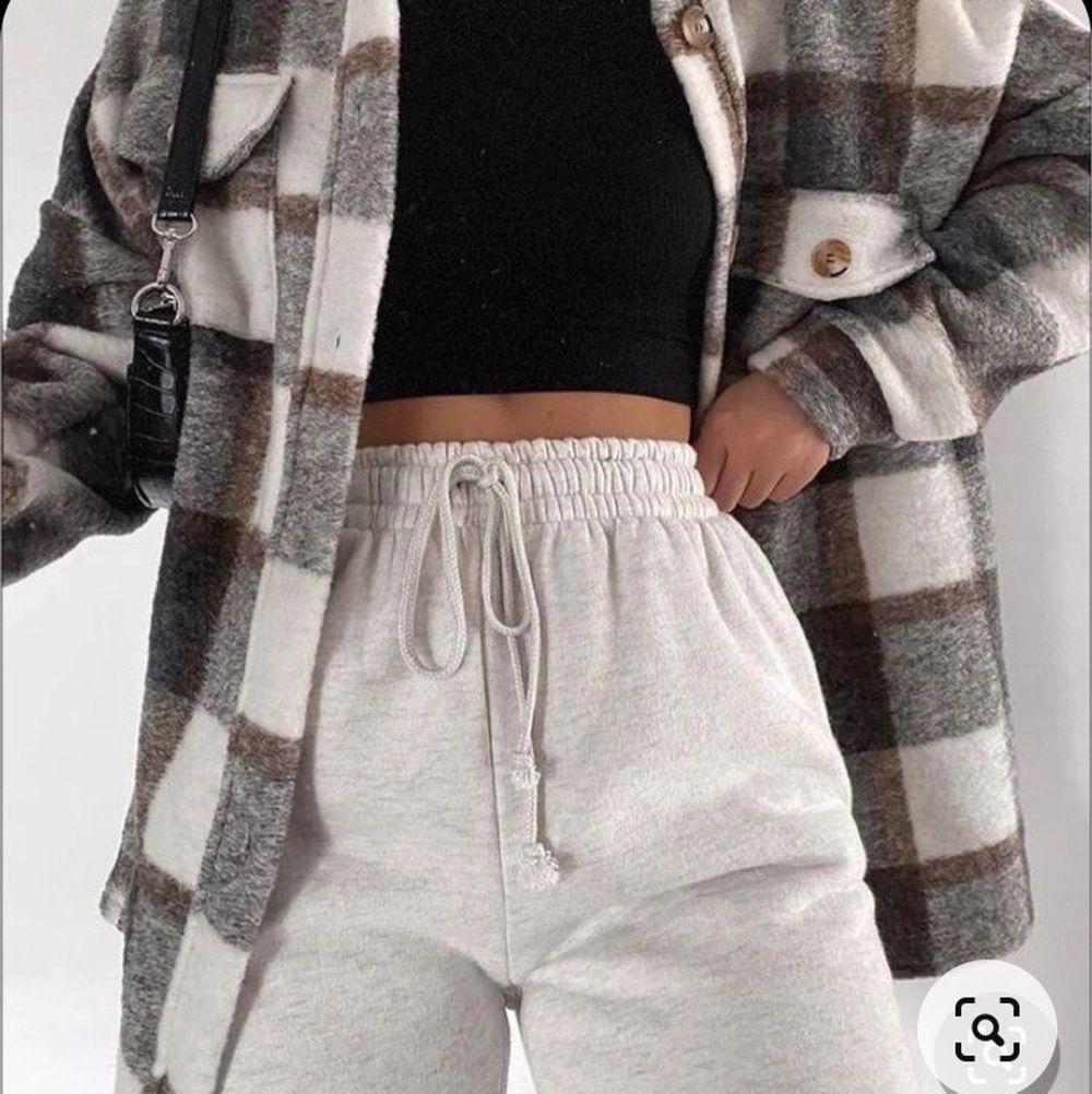 Säljer nu denna fina jacka från pull & Bear som knappt är använd 🥰 passar både XS/S och säljs för 300+ 79kr frakt ❤️ Första bilden är lånad! Finns mer att skicka.. Jackor.
