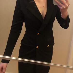 En snygg svart blazer ifrån Boohoo, aldrig använd, lappen kvar! En skönt & lite tjockare material. 200kr plus frakt :)