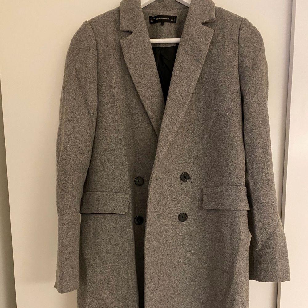 Supersnygg grå kappa från Zara, i mycket fint skick. Dubbelknäppt. Storlek XS.. Jackor.