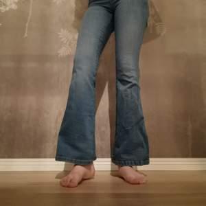 Blåa, utsvängda jeans i storlek xs/30. Använda några gånger men i bra skick.