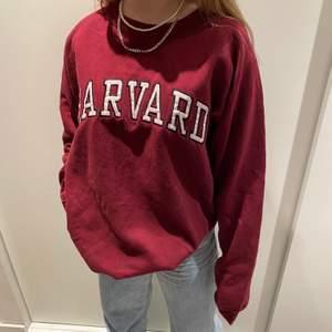 Super fin Harward tröja! Uppskattad storlek L.  Cond:Mycket bra! Buda i kommentarerna! Startbud:100kr budgivningen avslutas 16/2 kl 15:00