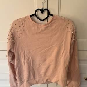 """En fin rosa långärmad tröja med """"kulor"""" på axlarna 💕 Från Lindex i storlek 158/164 som en XS/S. Använd ett fåtal par gånger. 💞 Säljer för 50 kr + frakt. 💖"""