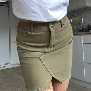 Grön jeanskjol buda