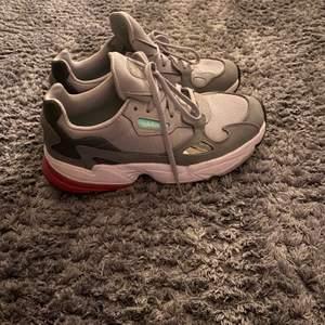Säljer nu mina fina adidas skor, ny skick använda Max 2 gånger inte mer, as sköna att gå i och det e svårt att få tag på denna typen av sko för färgerna, äkta såklart bud tars emot ❤️