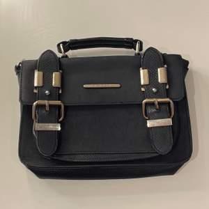 Andvänd men ser fortfarande jätte fin ut väskan är ungefär 17 cm på höjd,25 cm på bredden!!❤️❤️ kan skicka spårbart såklart!!