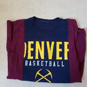 Säljer denna coola vintage t-shirten i storlek S med trycket Denver basketball. Lite oversize på mig så skulle kunna vara killstorlek. 50 kr eller bud om flera är intresserade. Frakt tillkommer på 45 kr. Det är spegeln som är smutsig på andra bilden inte tröjan. Ej heller strykt på bild men fixar det innan den säljs. Kontakta vid frågor.