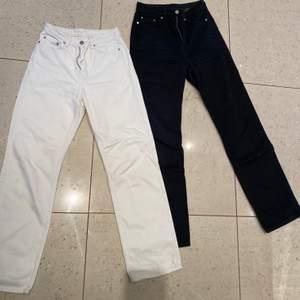 Vita och svarta (föredetta row) Rowe jeans från weekday. 200kr styck. Vita: W25 L32, svarta: W26 L32
