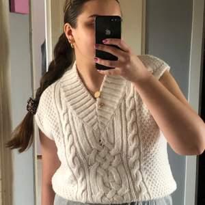 En stickad pullover köpt på H&M i strl XS. Säljer då den sitter för tight på mig (har vanligtvis inte XS) frakt +44 kr