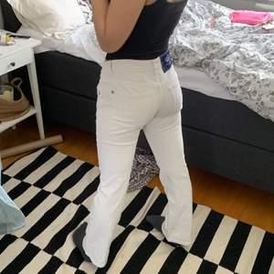 Trendiga Victoria Beckham jeans. Vita lågmidjade. Byxorna är för korta på mig som är 165cm. Dessa bilder är tagna på min kompis som är 158 - 160 cm. Så tror dom passar någon kortare en mig. Köpte från sellpy och har endast provat dom.