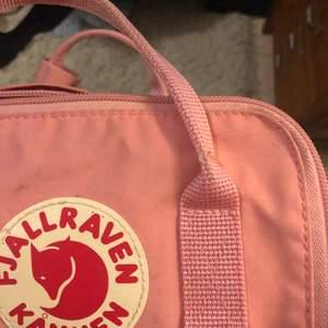 Säljer min råsa kånken mini då den tyvärr inte används, den är lite fläckig på framsidan med är ingenting som inte går att tvätta bort:) väldigt praktisk!!! säljer för 300 och så delar i på frakten ca 30 kr skulle jag tro🌸🌸
