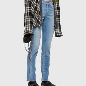 Säljer trendiga lågmidjade jeans ifrån diesel i strl W26 L30 🤍 jeansen är ljusblåa och i stretch som gör dom väldigt bekväma dessutom. Köparen står för frakt