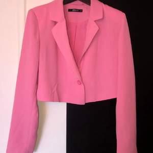 Säljer denna snygga rosa kavajen från Ginatricot