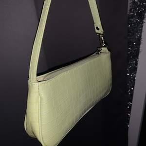 Grön baugett väska i en så fin grön färg💚 köpt för ett tag sen men aldrig kommit till användning då de inte riktigt är min stil så bestämde mig för att sälja😊