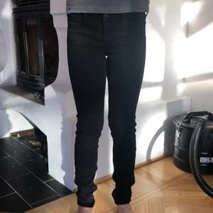 Jeans ifrån abercrombie and fitch. Använda fåtal ggr och ör i bra skick. Skinny jeans med låg midja. Kids storlek 14, men passar som 32. De är ganska långa i benen