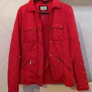Säljer denna jackan använd Max 3 gånger! Säljer billigt pågrund av måste bli av med jackor 🤣🥳.