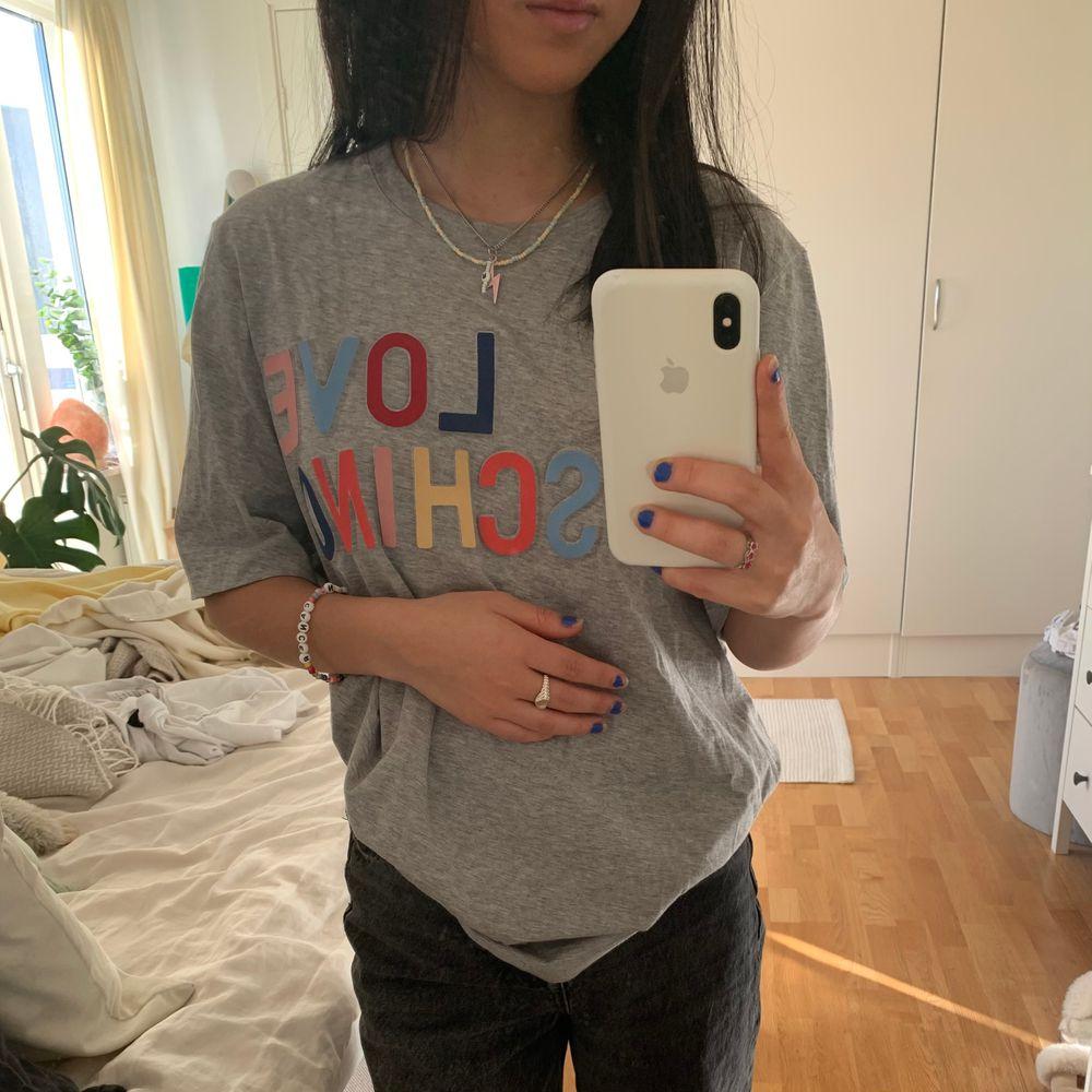 T-shirt från Love Moschino i jättefint skick. Skulle gissa på att den är köpt för 600-700kr 🥺🥺 . T-shirts.