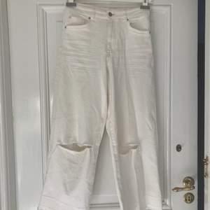 Vita vida jeans med hål i knäna