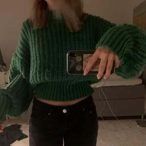 Intressekoll!!! Grön tjock stickad tröja ifrån HM. Buda i kommentarerna!!! Annonsen ligger uppe till jag får ett bra bud
