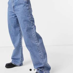 Ett par blåa baggy, overzised och vida jeans. Köpte dom på asos men dom är ifrån pull&bear. Köpte dom för 300kr. Dom är i storlek 40, och sitter bra på mig som har M/L. Oanvända i nyskick. Hör gärna av dig om du har frågor😊