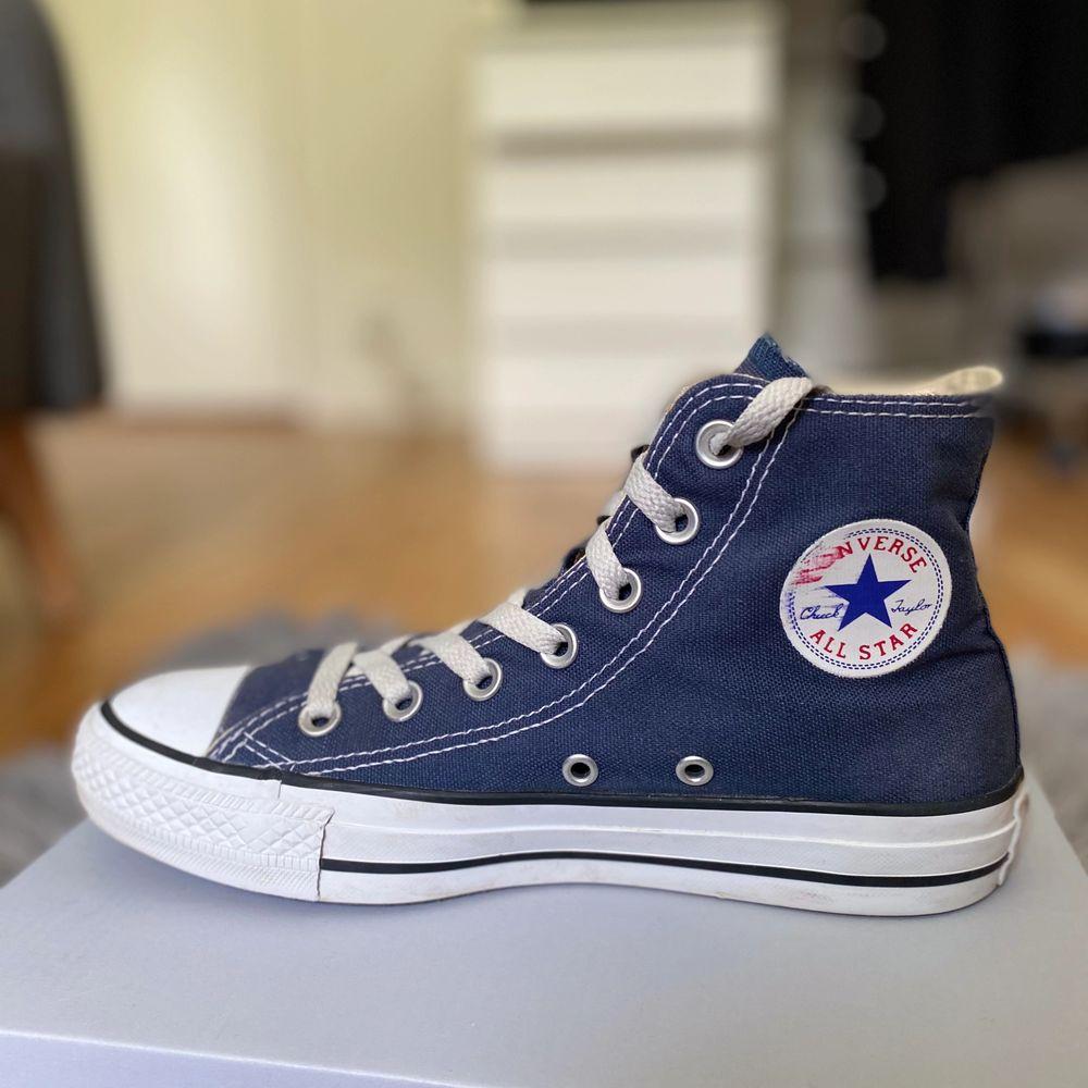 Säljer mina snygga converse som har blivit för små, dem är i ganska bra sick💕. Skor.