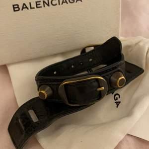 Säljer detta superfina balenciaga armband, självklart äkta! Har kvitto och det är köpt på NK! Det finns en läderbit som antingen kan ta på eller ha av! Passar allt ifrån xs-m, hör gärna av er vid fler frågor eller funderingar!💞