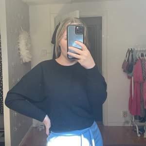 Säljer denna ribbade svarta tröja från Gina Tricot. Den är möjligtvis något kortare i modellen. Den är använd men i bra skick! Passar ca XS-M💕💕
