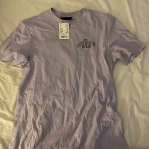 Ljuslila t-shirt med tryck på Notorious b.i.g i storlek xs i modellen regular fit. Helt nu och bara testad i butik. Säljer för att jag inte har någon användning av den men den är som sagt i nyskick.
