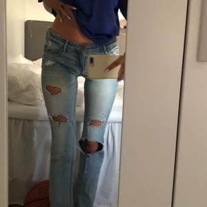 Säljer dessa skitsnygga lågmidjade jeans från Hollister då de tyvärr inte kommer till användning längre  förut hade de en liten slitning på rumpan som jag sytt igen (kan skicka bild privat). Annars är de i bra skick! STORLEK: WAIST 24 & LENGTH 31