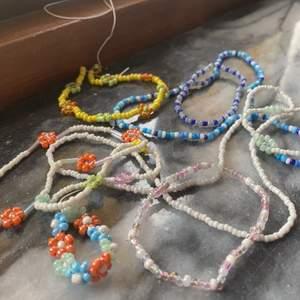 Pärlade smycken som halsband, armband, ring eller fotlänk. Välj någon på bilden fast med egna mått eller designa själv. Priser: armband 8 kr+frakt, halsband 13 kr+frakt, ring 5kr+frakt, fotlänk 10kr+frakt. Frakten blir runt 14 kr men det är ett halsband så det kan bli mer beroende på blommor och liknande eller mindre om det är en ring men tar man halsband ska man räkna med att frakten blir ungefär 14 kr