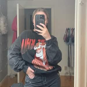 Säljer denna coola grå sweatshirt som är sparsamt använd! Oversized så passar Ca Xs-XL💕💕