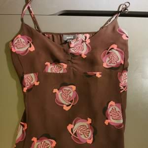 Brun topp med blommor från Mexx i storlek 36. Av mesh material, men framsidan har dubbla typ. Använd en gång, ordinarie pris 499 kr