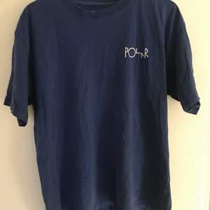 En blå polar tshirt använd 3 gånger, så gott som ny i storlek medium. För bättre bilder skriv ba