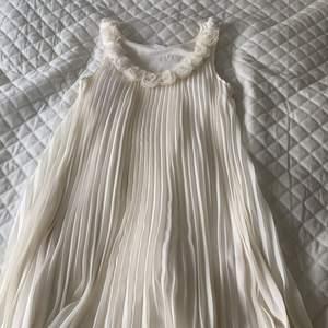 Klänningen är köpt från GinaTricot. Har andvändning hyfsat mycket men inget man kan se. Klänningen är bestäm i nyskick! Andledningen till att jag vill sälja klänningen är eftersom jag har så mycket klänningar och denna bara hänger på sitt ställa just nu.❤️ skriv i komentarerna ifall du skulle va intresserad💗