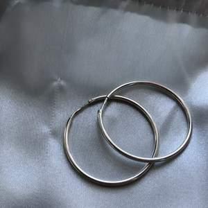 Ett par silvriga loops från Hallbergs guld vill se om någon är intresserad köpta för ~150kr ungefär