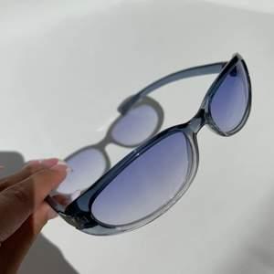 Intresskontroll på mina blåa GUCCI solglasögon 🖤 äkta och från något år 2000. Ska kolla vilket år de kom ut. Dem går på runt 135€ på vintage butiker online fast i svart färg.